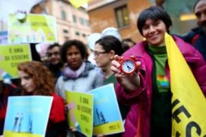 Un momento del flash mob durante la manifestazione a favore delle unioni civili, nei pressi di palazzo Madama a Roma, 2 febbraio 2016. ANSA/ FABIO CAMPANA
